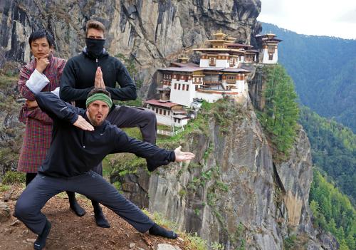 Du khách tạo dáng trước tu viện Paro Taktsang, hay còn gọi là đền Hang Hổ. Ảnh: Tourist 2 Townie.