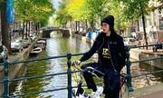 Hoa hậu Kỳ Duyên thích thú đạp xe giữa trời thu châu Âu