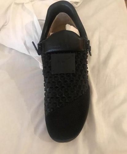 Đôi giày giá hơn 390 USD khiến Micheal không được vào trong nhà hàng. Ảnh: Sun.