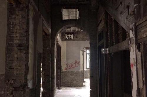 Nhà bỏ hoang đã lâu, xuống cấp trầm trọng nên du khách ghé thăm nên hết sức cẩn thận, tránh bị các mảng tường rơi trúng. Ảnh: En.people.