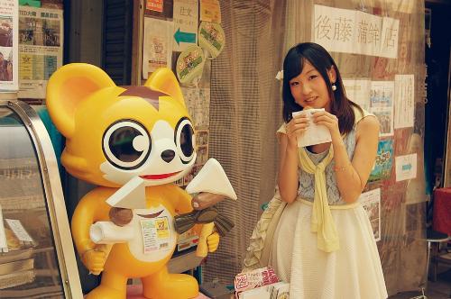 Chỉ với 5.000 yen (khoảng 1 triệu đồng), du khách có thể dành một đêm ăn uống từ hết hàng này tới quán khác cùng người địa phương. Ảnh:MATCHA.