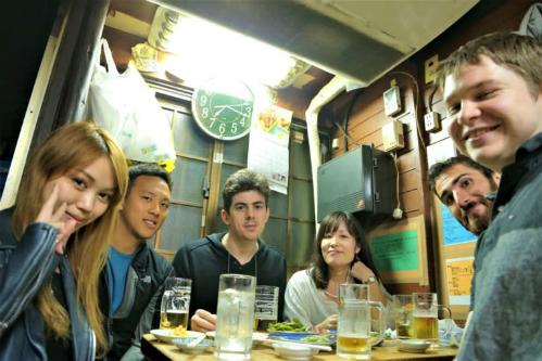 Ngày càng nhiều du khách trả tiền để người địa phương dẫn tới những quán nhậu bình dân izakaya. Ảnh: Nikkei.