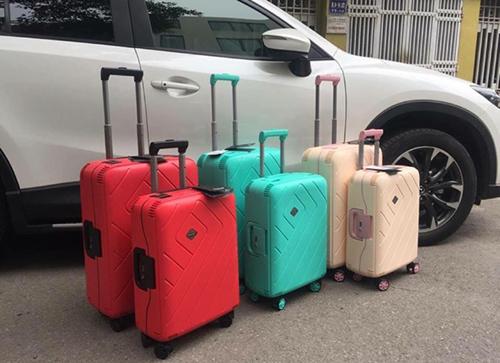 Bạn nên đóng đầy một vali, chiếc còn lại để đựng đồ mua thêm hoặc cần lấy. Ảnh: v5v.win.