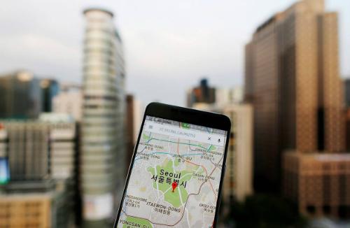 Nếu mở ứng dụng Google Maps ở Hàn Quốc, du kháchvẫn thấy đường sá và những địa điểm tham quan viết tên song ngữ. Nhưng ứng dụng này chỉ có thể hướng dẫn sử dụng tàu điện ngầm, không thể tìm đường đểđi bộ hay lái xe. Ảnh:Wall Street Journal.