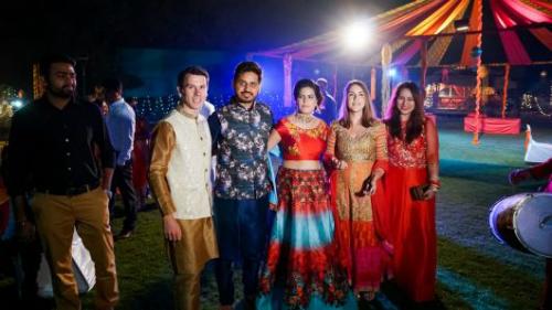 Carly Stevens (thứ 2 từ phải sang)và bạn đời Tim Gower (áo trắng) dự đám cưới của Surabhi Chauhan vào ngày 4/11/2017. Ảnh: Carly Stevens.
