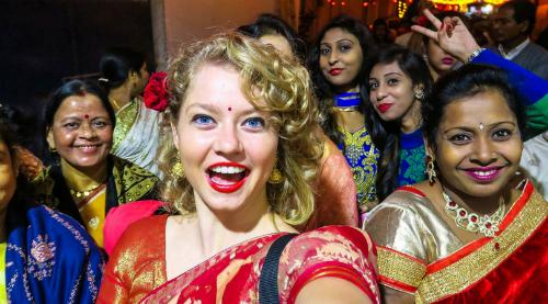 Khách Tây nổi bật trong đám cưới Ấn Độ. Ảnh: Eniko Toth (Angie).