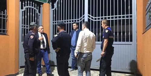 Lực lượng chức năng ở Albania đã đến sở thú để giải quyết tình trạng sống tồi tệ của các con vật trong sở thú. Ảnh: Facebook.