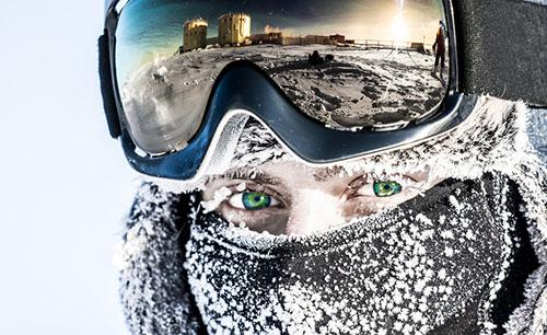 Lông mi, tóc của bạn cũng nhanh chóng bị đóng băng vì tuyết ở Nam Cực khi đi ra ngoài trời. Ảnh: Brightside.