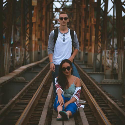 Jimmy và Tah chụp ảnh trên cầu Long Biên, Hà Nội. Ảnh:Divert Living.