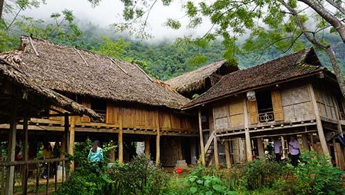 Những nếp nhà sàn cổ của cộng đồng người Thái trong Khu bảo tồn thiên nhiên Pù Luông. Ảnh: Lê Hoàng.