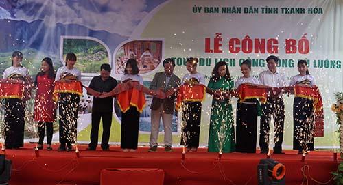 Các đại biểu cắt băng côngbố tour du lịch cộng đồng Pù Luông. Ảnh: Lê Hoàng.