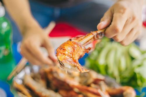 Những đĩa gà vàng ươm, nóng hổi, thơm nức khiến thực khách sẽ không khỏi xuýt xoa. Ảnh: Sơn Đoàn.