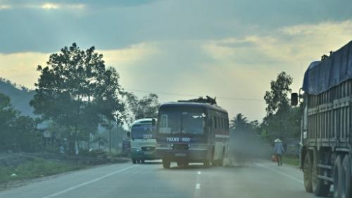 Xe khách vượt liều lĩnh trên đường ở Việt Nam. Ảnh: David McKelvey/Flickr.