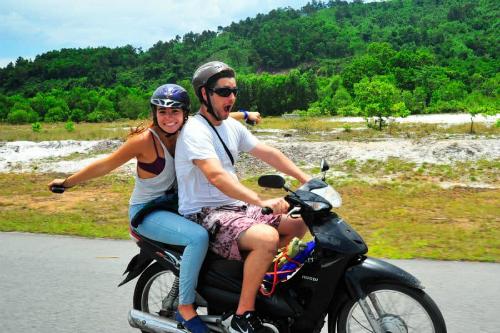 Khách Tây phượt xe máy ở Việt Nam. Ảnh: South East Asia Backpacker.