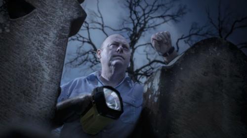 Pete trong một tour săn ma ở nghĩa trang trong làng Hartley Vale, vùng Blue Mountains, Australia. Ảnh:Traveller.
