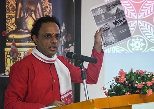 Tiến sĩ Harisha giới thiệu về sự phát triển của du lịch Ấn Độ trong thời gian gần đây. Ảnh: Kiều Dương.