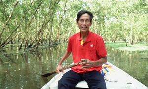 Người lái đò kể chuyện chở khách trong rừng tràm đẹp nhất Việt Nam