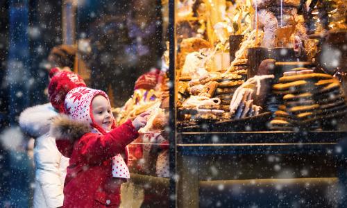Du khách có cơ hội tận hưởng không khí và mua sắm thả ga ở các phiên chợ giáng sinh có từ thế kỷ 15 ở châu Âu