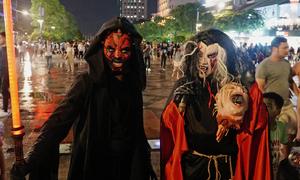 Giới trẻ Sài Gòn hoá 'ma quỷ' doạ khách trên phố đi bộ dịp Halloween