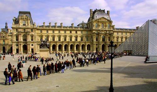 Bảo tàng lúc nào cũng đông du khách. Nhiều người muốn vào tham quan phải xếp hàng đợi nhiều tiếng đồng hồ. Ảnh: Discover Walks.
