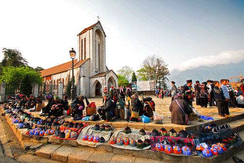 Người dân Sa Pa bán hàng lưu niệm cho du khách tại chợ. Ảnh: Vietnam Dirtbike Travel.