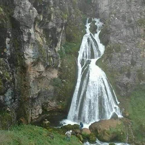Khi thác đầy nước, du khách sẽ dễ dàng nhìn thấy nó trông giống hình một cô dâu mặc váy cưới. Ảnh: Reddit.