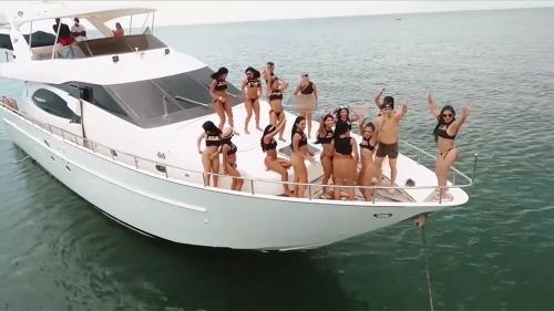 Du thuyền đưa khách ra đảo tư nhân. Ảnh:New York Post.
