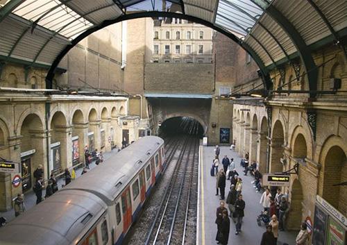 Khi kế hoạch xây dựng tàu điện ngầm London được đề xuất, các kỹ sư đã  gợi ý lấp đường ống bằng nước và sử dụng xà lan để vận chuyển mọi người  qua các trạm. Một số đề xuất dùng ngựa kéo trong đêm. Song cuối cùng, xe  lửa vẫn là lựa chọn tối ưu.
