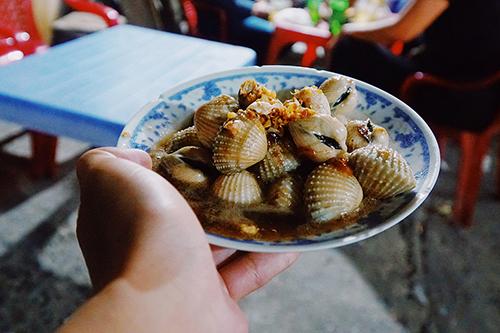 Ốc Dù không phải là thành phố biển nhưng món ốc ở Sài Gòn rất phong phú về thể loại cũng như đa dạng về cách chế biến, từ luộc, xào với tỏi, me, dừa, hay rau muống, cho đến hấp kiểu Thái, rang muối ớt,&Tùy cách nêm nếm mà mỗi nơi sẽ mang một vị riêng, có nơi dùng nhiều nước cốt dừa nên béo ngậy, có quán thơm phức mùi sả hoặc có nơi nấu hơi mặn hoặc cay xé lưỡi theo gu của khách. Tuy vậy, nếu có thể vừa ngồi ngắm đường phố Sài Gòn náo nhiệt, cạnh bên là vài món ốc với đủ cách chế biếnthì không còn gì bằng.Bạn có thể tìm đến đường Vĩnh Khánh (quận 4) nơi có nhiều quán ốc bán buổi tối, hoặc đường Phạm Văn Đồng hay quán lề đường An Dương Vương (quận 5).