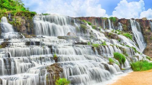 Tour khám phá thác Pongour Đà Lạt: Ngoài làng hoa Vạn Thành,nông trại cà phê chồn, du khách sẽ còn được thăm nhà máy dệt tơ tằm, trang trại nuôi dế, thác voi, chùa Linh Ẩn.... Tour có giá 390.000 đồng một người.