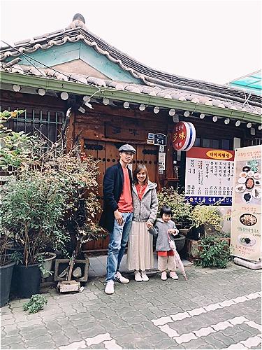 Vợ chồng chị Uyên và cô con gái đầu lòng 3 tuổi _ Pai. Vì được bố mẹ cho đi du lịch từ rất sớm, khi mới 3 tháng tuổi nên Pai đã rất quen thuộc với các chuyến đi và thích ứng tốt. Ảnh: NVCC.