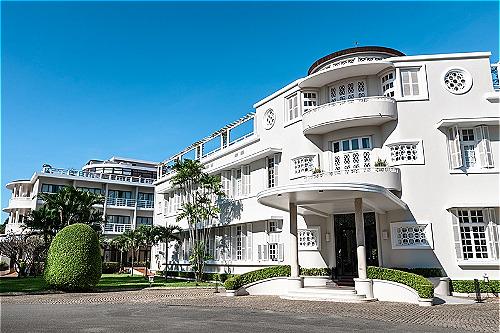 Các biên tập viên của tạp chí Condé Nast Traveler cho biết những độc giả tham gia bình chọn thích những khách sạn như La Residence bởi Không gian yên tĩnh. Quy mô vừa phải. Kiến trúc nhẹ nhàng thanh thoát. Đây dường như là xu hướng mà khách du lịch ưa thích trong năm nay.
