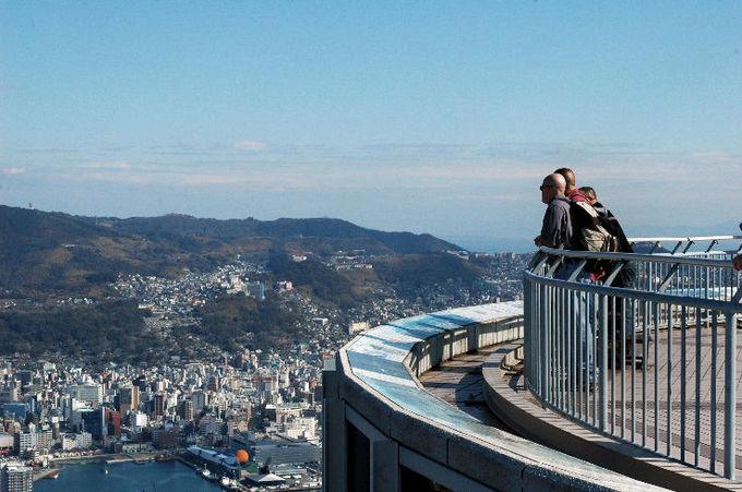 <p> Du khách có thể lên đài quan sát ở đỉnh núi để ngắm cảnh, đi cáp treo hoặc tham quan sở thú và công viên Inasayama ngay trong khu vực núi. Ảnh: <em>Hellotravel</em>.</p>
