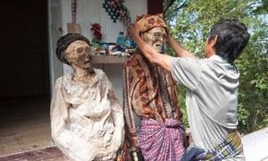 Bộ tộc sống chung với người chết cả năm trước khi chôn ở Indonesia