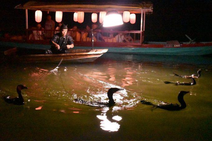 <p> Các khu nghỉ dưỡng ở Harazuru còn thường niên tổ chức các hoạt động để hấp dẫn khách như câu cá bằng chim cốc, lễ hội thảo mộc. Ảnh: <em>Fukuoka Now.</em></p>