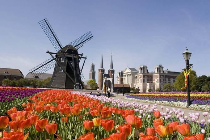 <p> Ngoài các nhà hàng phục vụ đồ ăn Âu Á, du khách được tận hưởng không gian thanh bình của các tour đi thuyền, những vườn hoa tulip rộng bạt ngàn hay cuộc thi pháo hoa nhộn nhịp vào hè. Ảnh: <em>Asia.neiki.</em></p>
