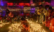Ấn Độ tự phá kỷ lục thế giới với 300.000 đèn dầu thắp sáng