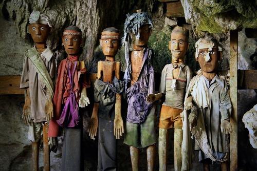 Những con búp bê gỗ trong hang. Ảnh: Sulawesi Tour Guide.