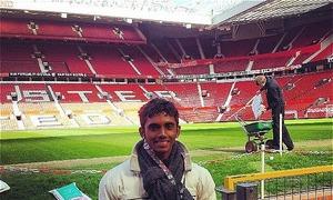 Lần đầu đến Old Trafford, fan MU xúc động đến trào nước mắt