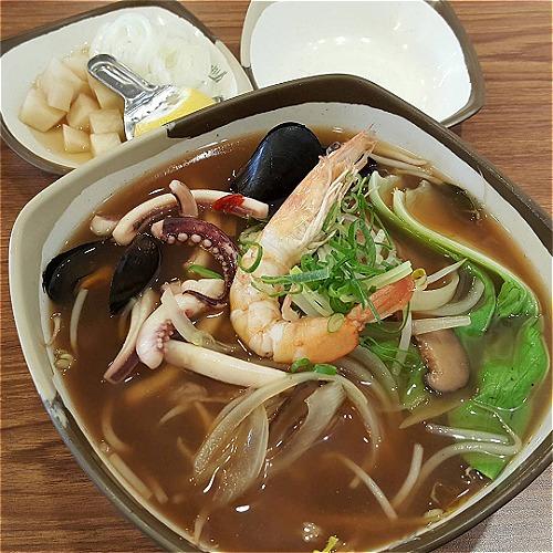 Ngoài ra, thực đơn còn có phở gà, phở hải sản cho khách muốn đổi vị khi quay trở lại.Một tô phở có giá từ 6.000 won (khoảng 120.000đồng).Ảnh: @sheknown.