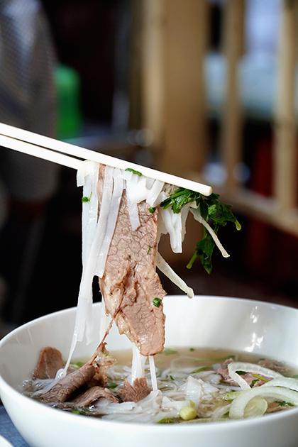 Thịt bò được cắt lát dày, chín tới, khi ăn sẽ cảm nhận được vị ngọt, mềm. Ảnh: Di Vỹ.