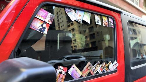 Những tờ card quảng cáo dịch vụ massage được rải ở khắp nơi tại Dubai. Ảnh: The National.