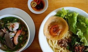 Tiệm ăn gốc Hoa tự chế sợi mì với trứng suốt 30 năm ở Sài Gòn
