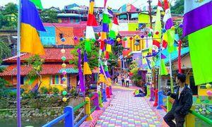 Ngôi làng bảy sắc cầu vồng hút khách ở Indonesia