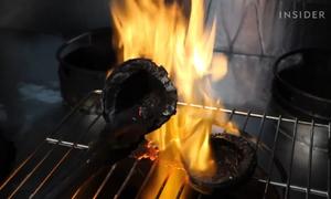Món kem làm từ cùi dừa cháy đen của người Philippines