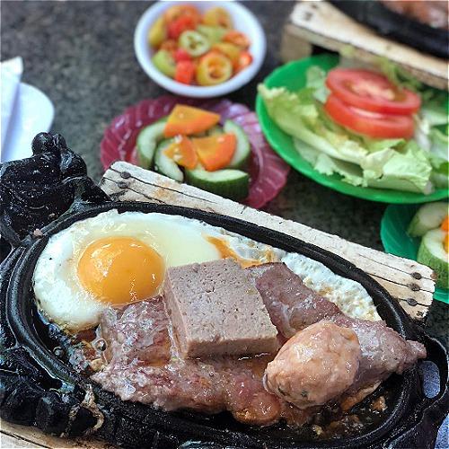 Bít tết bán ở Sài Gòn có đủ từ quán bình dân đến nhà hàng sang trọng. Ảnh: Khoi Nguyen.