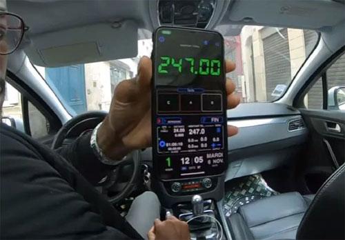 Tài xế taxi chỉ cho khách về đồng hồ tính tiền, tuy nhiên hai du khách đã nhận ra rằng đây chỉ là một ứng dựng được người này tải về. Ảnh: News.