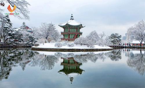 Dạo chơi cung điện GyeongbokgungCòn có tên gọi khác là Cảnh Phúc Cung (cung điện của hạnh phúc), Gyeongbokgung là cung điện nổi tiếng nhất Seoul. Hoàng cung được xây dựng theo phong cách hài hòa với thiên nhiên, kết hợp cảnh quan sân vườn, nghệ thuật. Sau khi vào từ cổng chính Donhwamun, bạn sẽ thấy cây cầu đá từ thế kỷ 15 rồi tham quan đại điện cùng các nơi hoàng gia từng sống, trị vì đất nước. Changdeokgung mở cửa từ thứ 3 đến chủ nhật, 9-17h. Giá vé là 8.000 won (khoảng 169.000 đồng) cho khách từ 18 tuổi trở lên và 1.500 won (gần 32.000 đồng) cho trẻ từ 7 đến 18 tuổi.