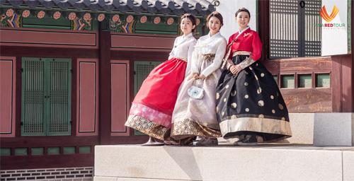Làng cổ - Chụp ảnh với HanbokNhắc tới Hàn Quốc, một trong những hình ảnh đầu tiên được gợi nhớ là những cô gái thướt tha trong bộ trang phục truyền thống Hanbok. Du khách có thể khoác lên mình những bộ Hanbok với màu sắc rực rỡ tại cung điện Gyeongbokgung hoặc làng Hanbok Bukchon. Đây sẽ là một trải nghiệm lịch sử và văn hóa truyền thống của Hàn Quốc rất thú vị mà bạn và gia đình không nên bỏ qua. Đã có nhiều người nổi tiếng đến đây để check-in với Hanbok.