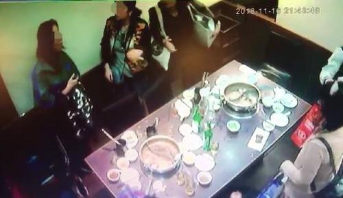 Bốn phụ nữ tới nhà hàng lúc sau. Ảnh:Taiwan News.